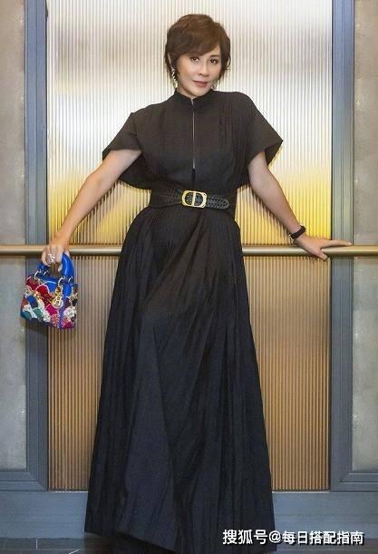 女人过了50岁,穿衣要显气质,学刘嘉玲这样来穿,打造成熟韵味