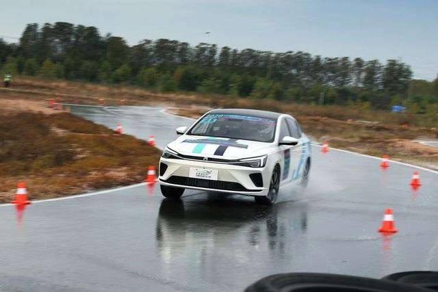 最初的CEVC小型车集团的综合冠军,SAIC R ER6,在测试中领先