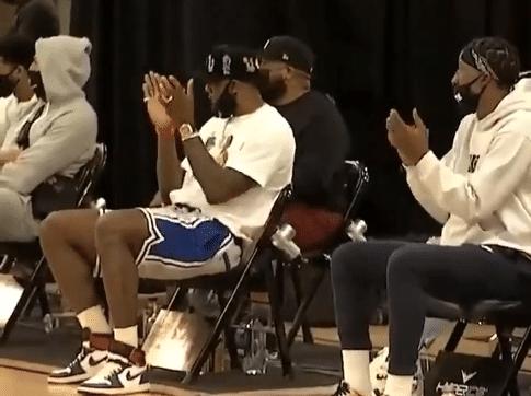 【影片】五大球星露臉撐場子!熱門狀元暴扣後,詹皇賣力鼓掌一眉卻沒什麼反應…-籃球圈