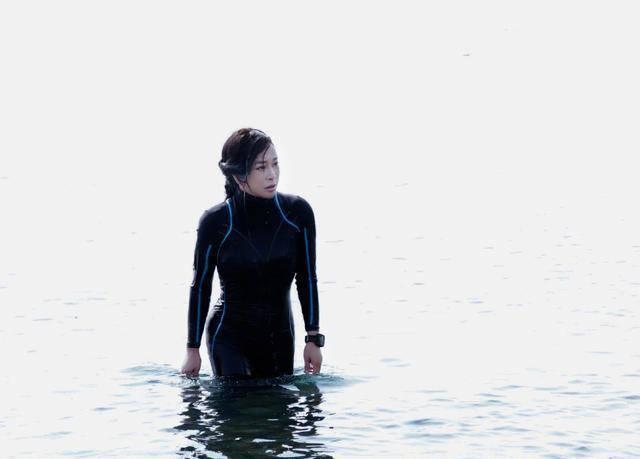 65岁刘晓庆生日潜水,一身连体泳衣大秀好身材,自制力令人赞叹