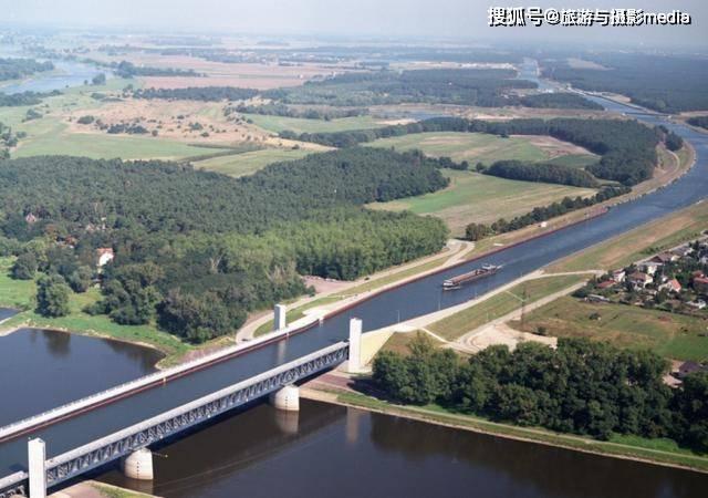 德国一座用水做的桥,历时6年耗资5亿欧元,桥上只走船不走车!