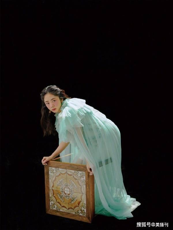 原创             谭松韵真像个孩子,最新大片穿小黄裙抱白天鹅,变身童话复古少女