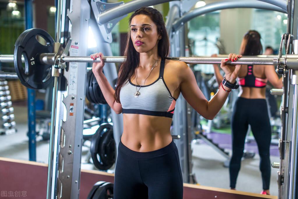 如何雕刻马甲线、翘臀身材?一组力量训练强化臀肌,收紧腰腹线条