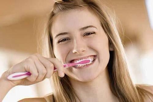 起床没刷牙就吃早餐有多脏?研究:像吃10克便便