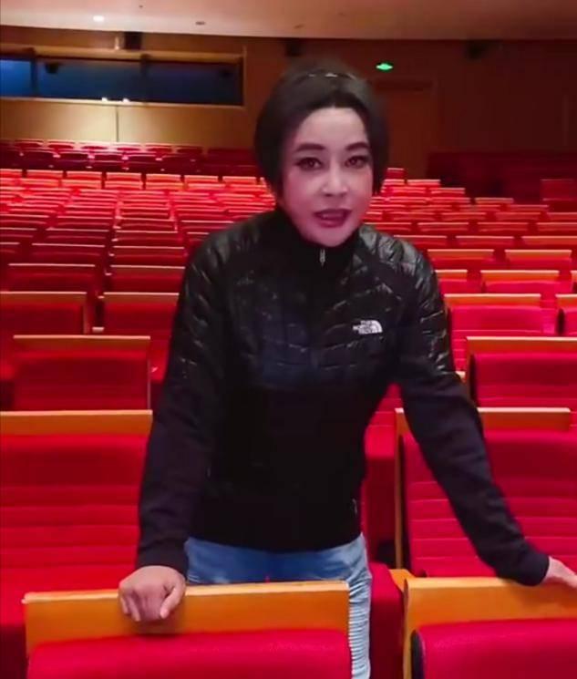 65岁刘晓庆一身粉红再演少女,却被指声音明显苍老:像斯琴高娃