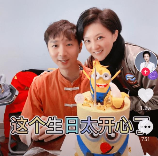 """陈佩斯儿子为""""小婉君""""金铭庆生,网友:30岁啃老,不干活只睡觉(图2)"""