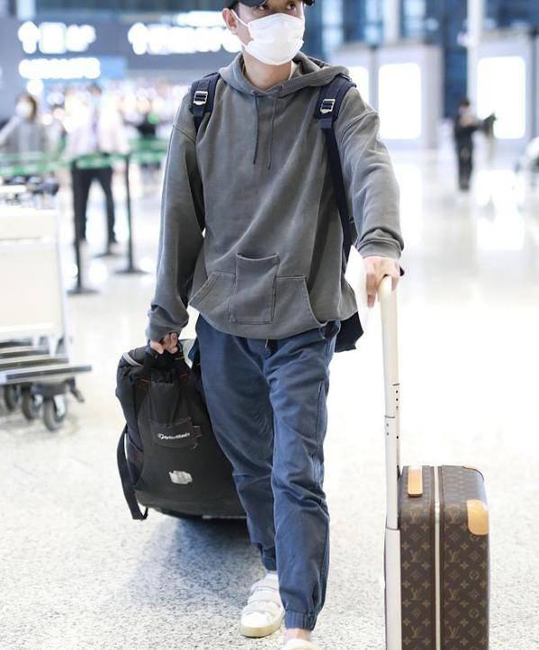 文章现身神色憔悴,独自拉两个行李箱,蹲在机场埋头理文件好心酸 ?
