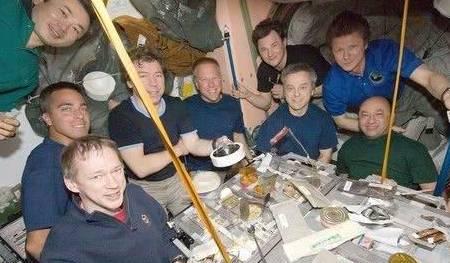 原来宇航员在太空中也要吃蔬菜的,这些食物好吃吗?