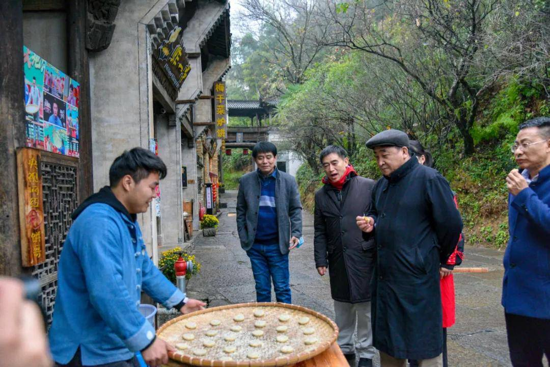 惊喜!著名相声演员姜昆现身婺源,赏秋游客热情求合影……