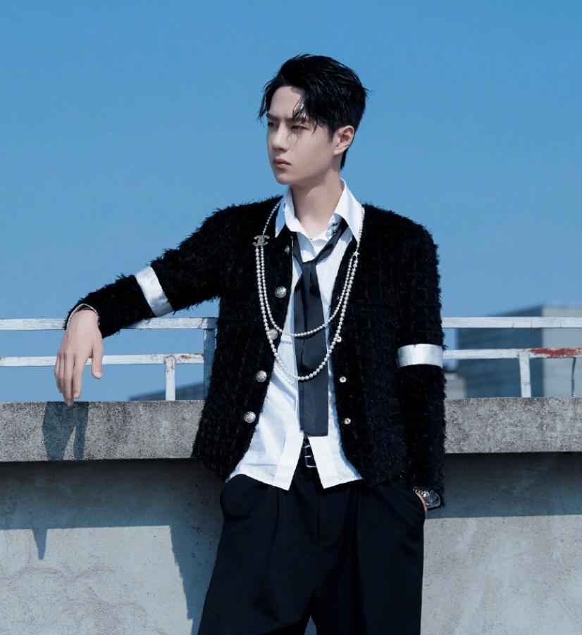 男星戴珍珠项链,王一博霸气,何洛洛精致,华晨宇很时尚!