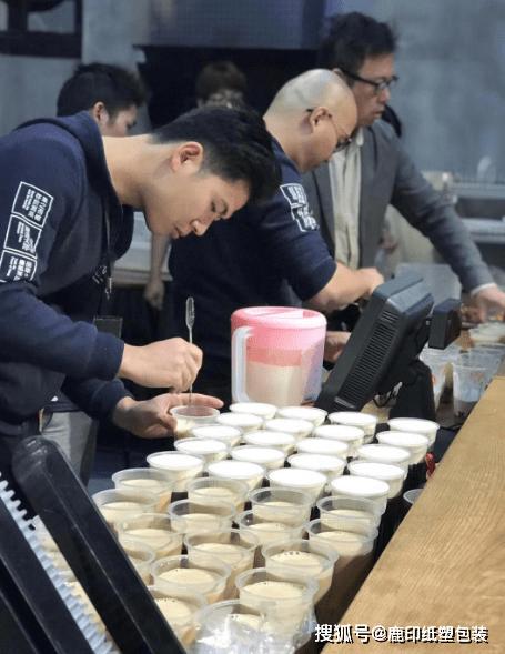 茶饮奶茶生意这么好做?武汉茶颜悦色开业,排队超8小时 (图21)