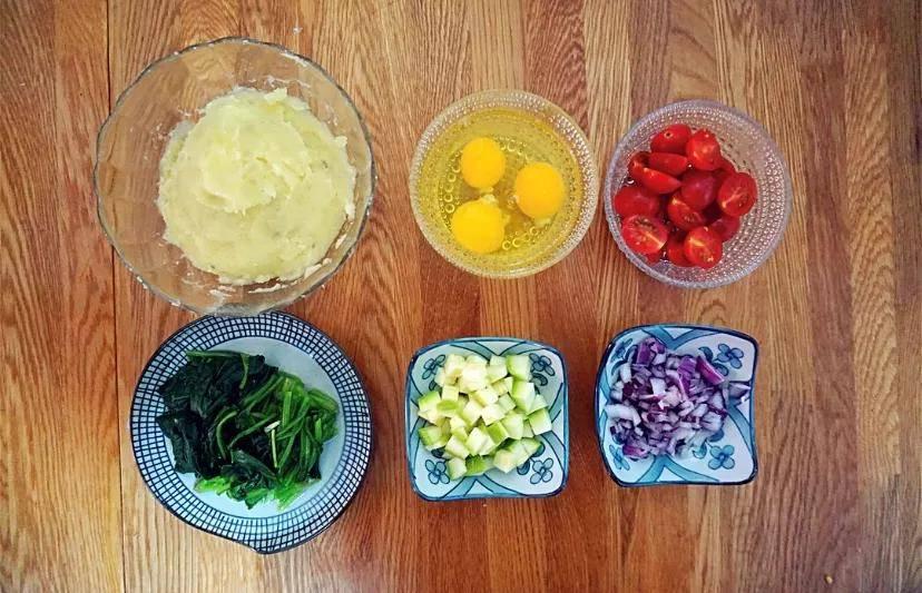 放入蒸锅小火蒸20 分钟; ② 同时将颗粒芥末酱与酸奶、蜂蜜、盐和黑胡椒粉混合均匀