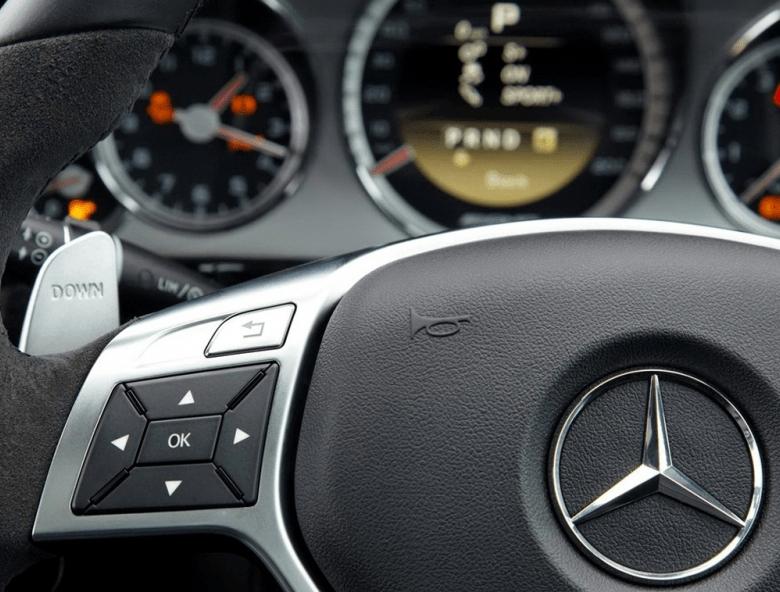 随着原装奔驰E级AMG车的到来,内饰风格更具运动感