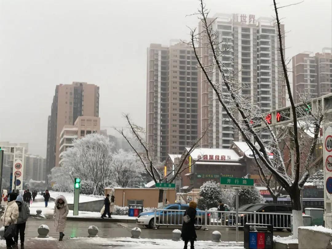 """威宁新老城区不同的""""两个天"""",雪花也喜"""