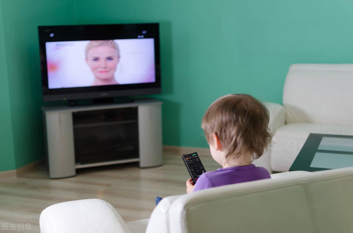 糟心!娃看电视伤眼睛,还伤脑子!请做好这3点,培养高智商宝宝