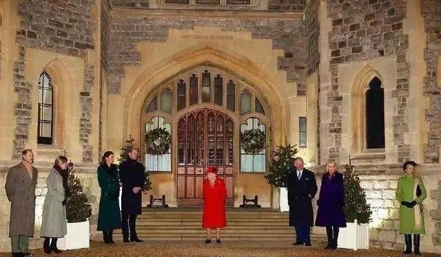 八位公主穿的春节必备红色大衣,但最时髦的是三十年前x4p