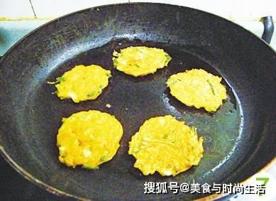 南瓜饼花样做,不用揉面,面糊拌好就能烙,简单快速,营养全面