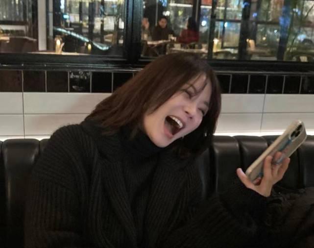原来41岁的蔡琳是离婚后拍的第一张照片,很难掩饰疲惫的脸,也很难放松自己的脸