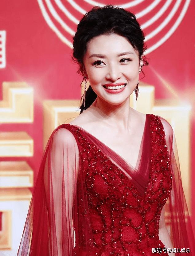 """周涛的这点中国红有味道!v领薄纱裙,明亮的气氛似乎是""""冰冻时代"""""""