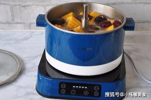 闻起来香喝着更香的鸡汤,一锅炖出全家够吃,很适合晚餐喝!