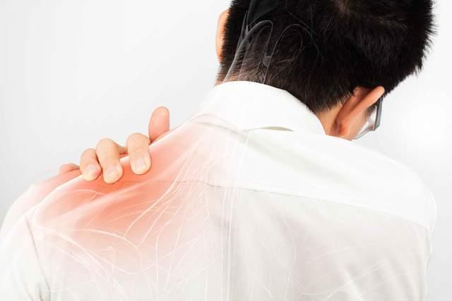 肝内有癌,肩膀告知?肩膀出现这个现象,劝你及时做个肝检查
