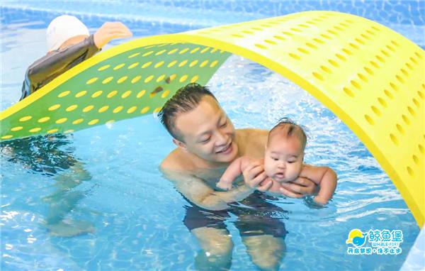 还在问参与亲子游泳对孩子的成长有何益处?  第1张