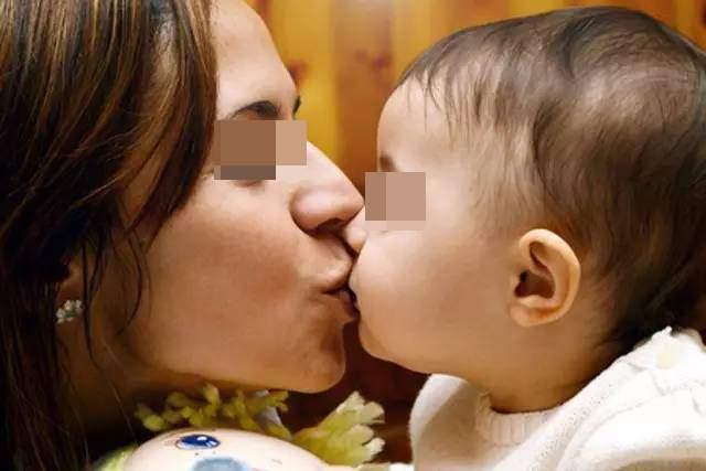宝宝鼻塞,婆婆直接用嘴给娃吸鼻涕,妈妈见状被恶心得吃不下饭