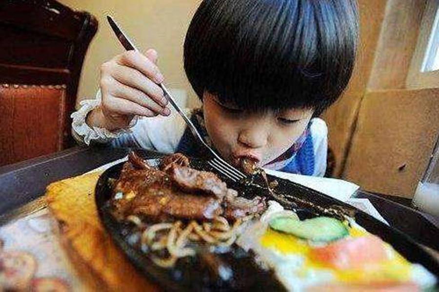 """""""吃块肉怎么了,又不是付不起""""熊孩子抢邻桌牛排,宝妈蛮横帮腔"""