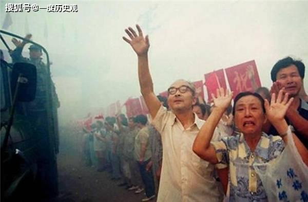 """""""98年抗洪""""的感人一幕,百姓:求求你们别跳了,房子我们不要了"""