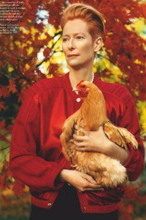 原漫威古主照片抱鸡,身高179 cm,长腿配黑裙,网友:气质绝佳