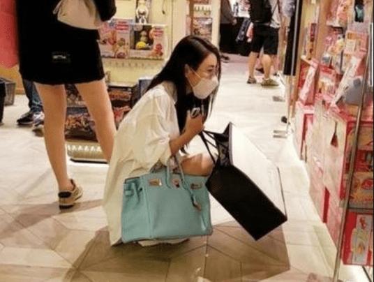 """有种""""富养""""是林峰女儿,姑姑刷黑卡买礼物,刚出生就赢在起跑线"""