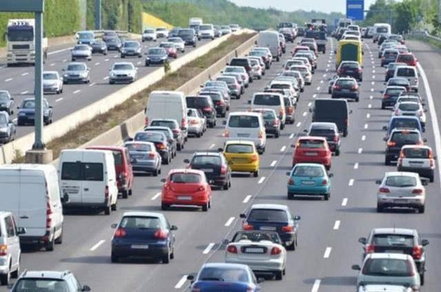 在高速上连续开10小时不停车,会有什么危险?