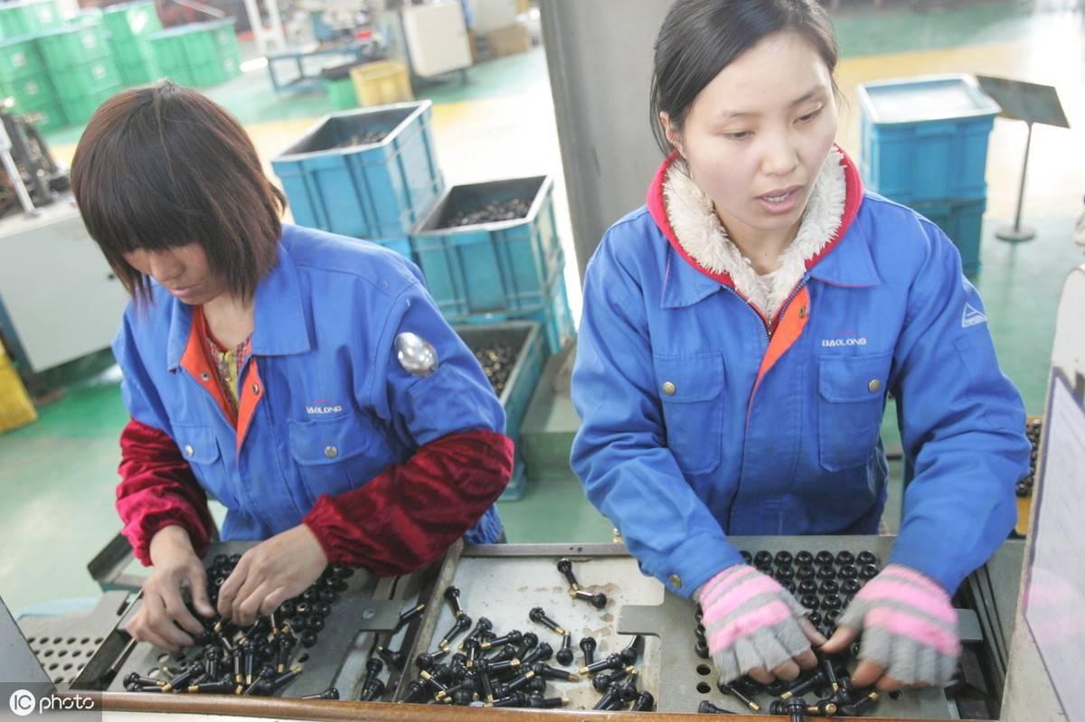 工厂里不断地有员工向老板提出辞职,老板甚至承诺了双倍的年终奖