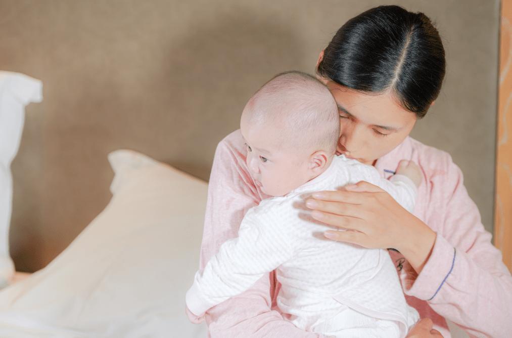 明明给娃拍了嗝,为啥还会吐奶?宝宝拍嗝有讲究,新手父母需掌握  第2张