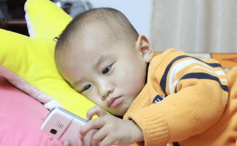 """原来8岁的儿子沉迷于玩手机,母亲急于""""动手""""孩子,深夜送孩子去医院"""