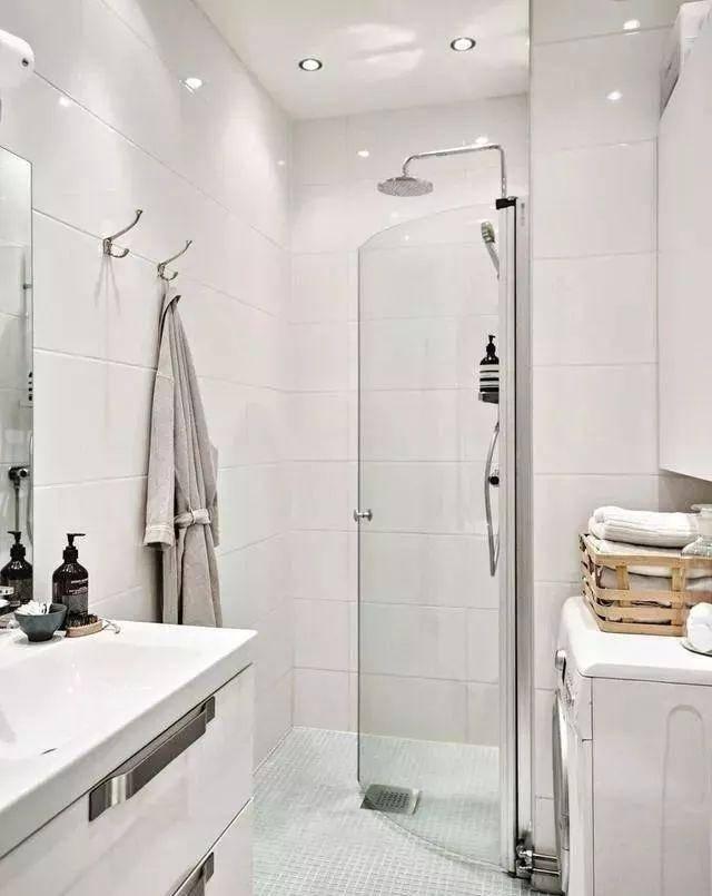 谁家淋浴房还傻傻做到顶?过时又不好看,现在早就流行这样装了