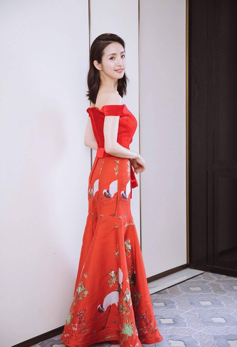 """原创             38岁林依晨剪""""狗啃刘海"""",复古波波头甜笑出镜,满满少女感"""