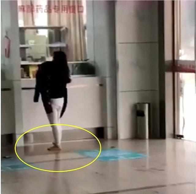 大雨天女子抱着孩子冲进医院,看到女子的双脚,网友:这是母爱