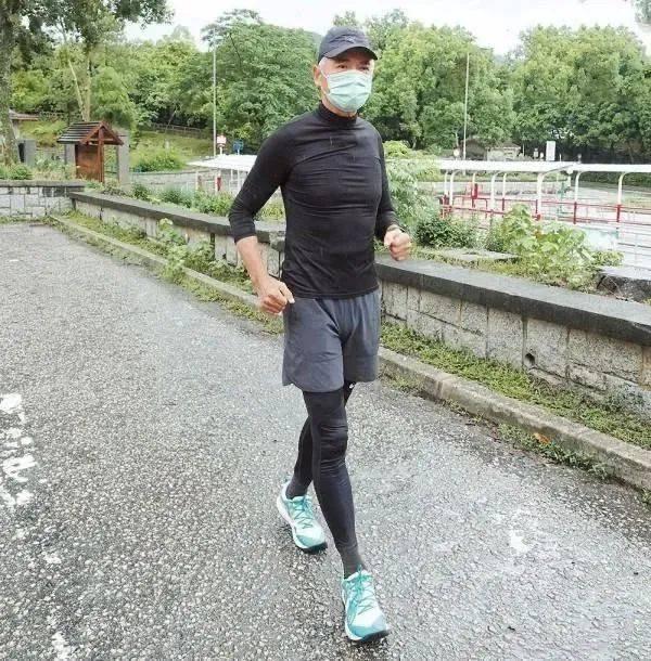 65岁周润发身材挺拔还做按摩师,70岁谭咏麟满头黑发像40岁  第3张
