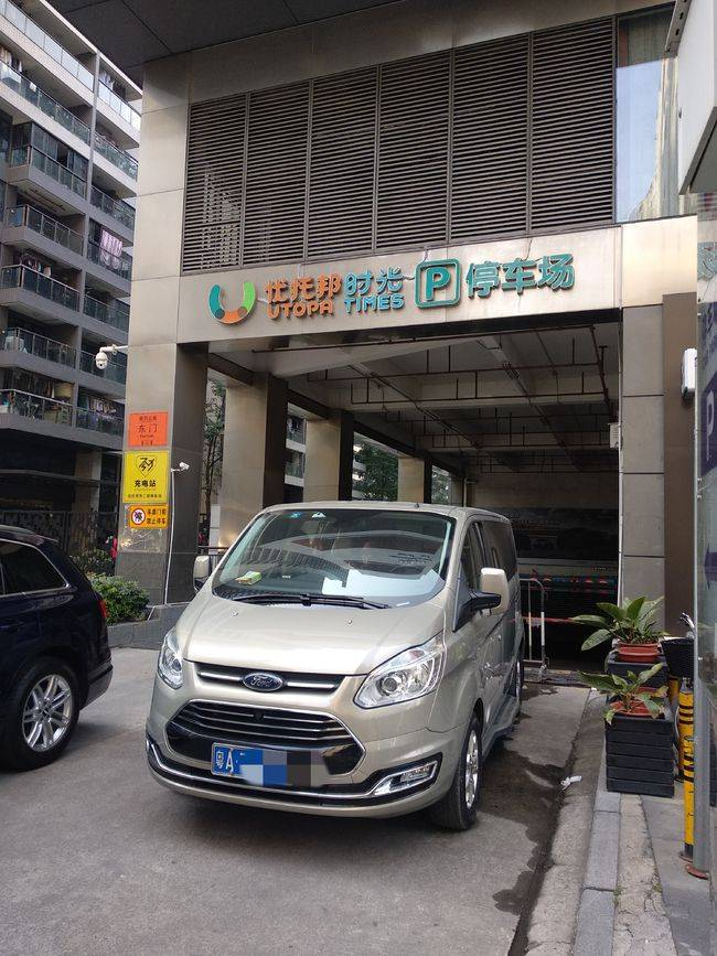 广州一商场停车场大门被堵逾半月,商户叫苦不迭,谁之过?