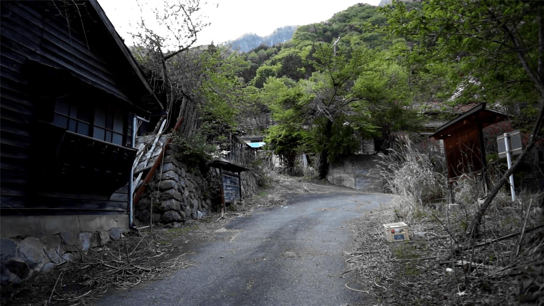 废弃的日本小镇:3千多居民消失不见,留下大量家