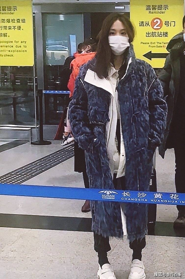 原创             王菲菲素颜现身机场尽显清纯,皮夹克搭配阔腿裤美飒动人,腿真长
