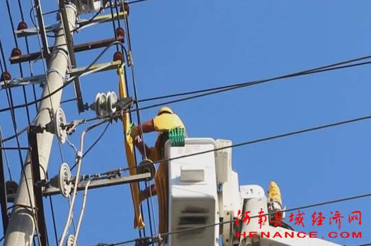 国网夏邑县供电公司:带电作业 确保百姓用电安全