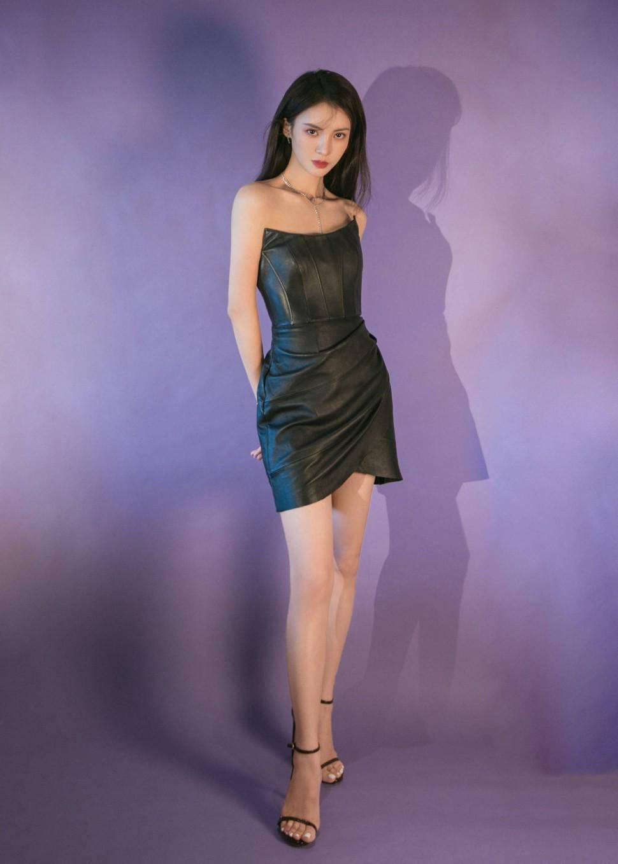 """原创             金晨跨年造型""""紫气东来"""",繁花长裙金光璀璨,回眸一笑明艳动人"""