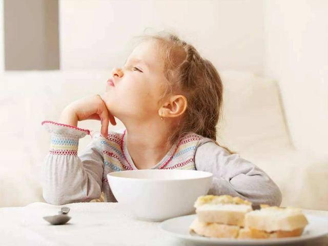 餐桌看人品,孩子吃饭时的两个表现,说明情商低,前者最难忍  第5张