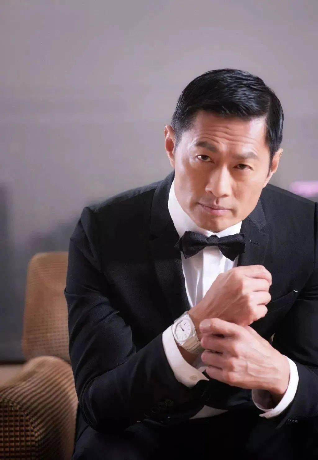 越老越有型!57岁前TVB男星黄德斌重回观众视野,40岁才有代表作  第1张