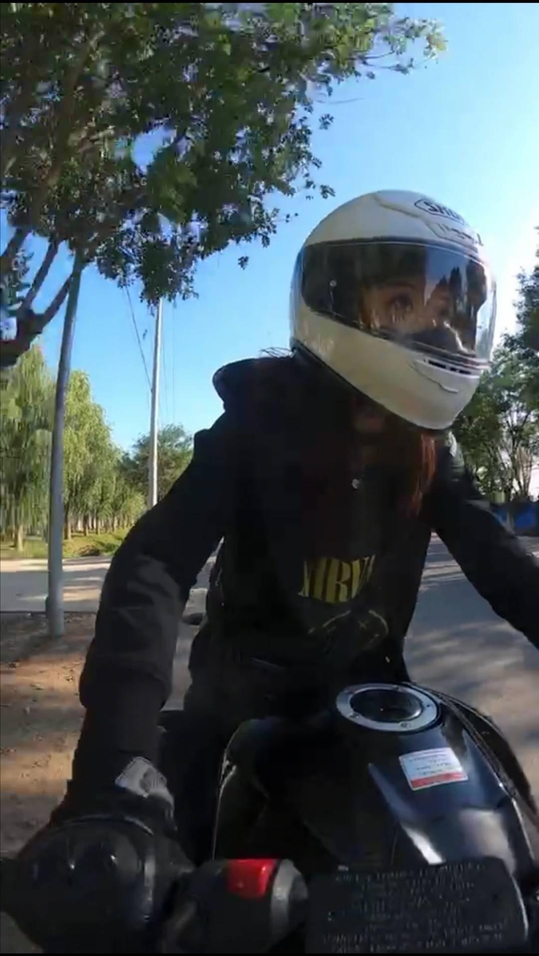原来北京女骑士在路上突然掉头被后面的车撞了,车前撞到了女骑士的腿上