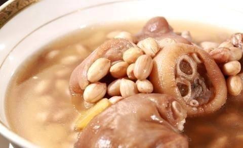 月子妈妈喜欢喝花生猪蹄汤,花生猪蹄汤怎么做比较好吃呢