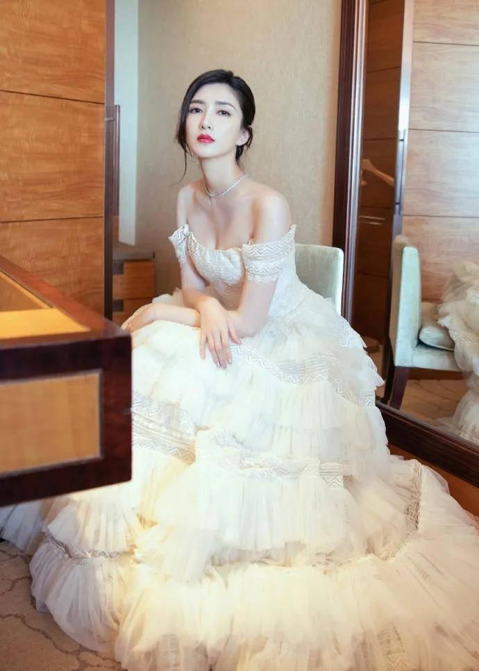 江疏影穿抹胸蛋糕白裙太靓了!雪肤娇嫩美得让人窒息