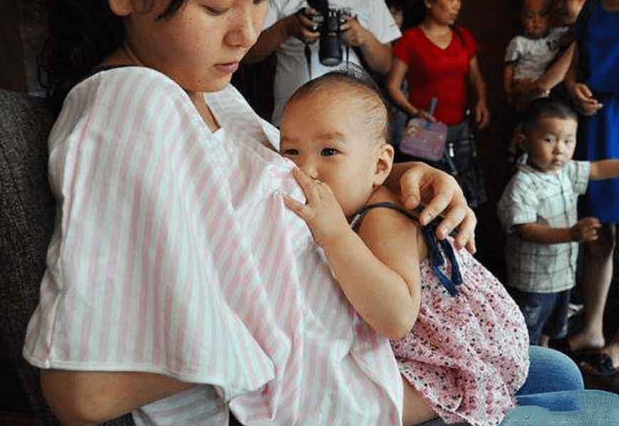 """宝宝喝母乳经常""""躺喂""""?殊不知娃深受其害,新手父母更要注意"""
